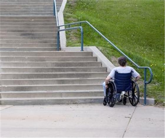 上下楼梯难 春燕家住3楼,每次出门遇到第一个难题就是上下楼梯了,如果不是依靠别人背下去,就是用手拿两张小板凳来支撑上半身的慢慢一小步一小步地下楼梯,到了地下一层之后再坐上轮椅出行。 过桥难 大桥要先上一段台阶,残疾人行走不便。所以,一直以来,下肢残疾人员大都是通过林华一桥往来河东与河西。