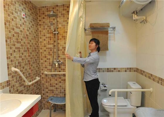 对于上了年纪的居民来说,家是他们最主要的活动场所之一,同时也成了跌倒等意外高发的地方。不少高龄老人因为年事较高,行动不便,在上厕所的时候,经常会发生蹲下去站不起来的问题。其实这些问题只要安装一个小小的无障碍扶手就可以解决了。  老人厕所里的无障碍扶手 其实现在大部分医院、养老院、商场、酒店等公共场所的无障碍厕所里都有安装使用的。各位亲可以进去看看,洗手盆、马桶旁边都装有无障碍扶手,保障残疾人、老年人安全入厕。  酒店里的无障碍扶手 品通无障碍扶手其材质外用尼龙,内衬铝合金,设计简单,且牢固。不仅有着不锈