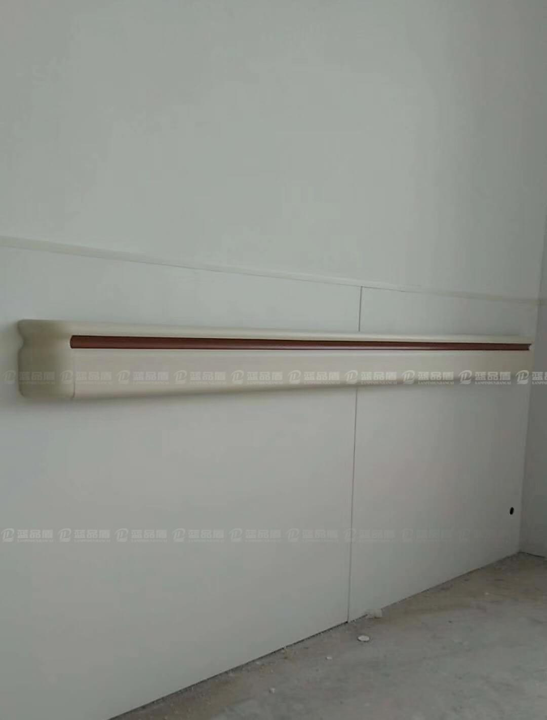 【新疆】昭苏县中医院里的PVC扶手和医用树脂板已经安装完成了