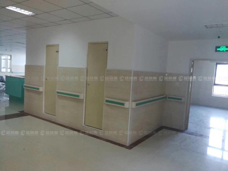 深圳市怀德社区健康服务中心里的防撞扶手,是今年流行的浅绿色哦