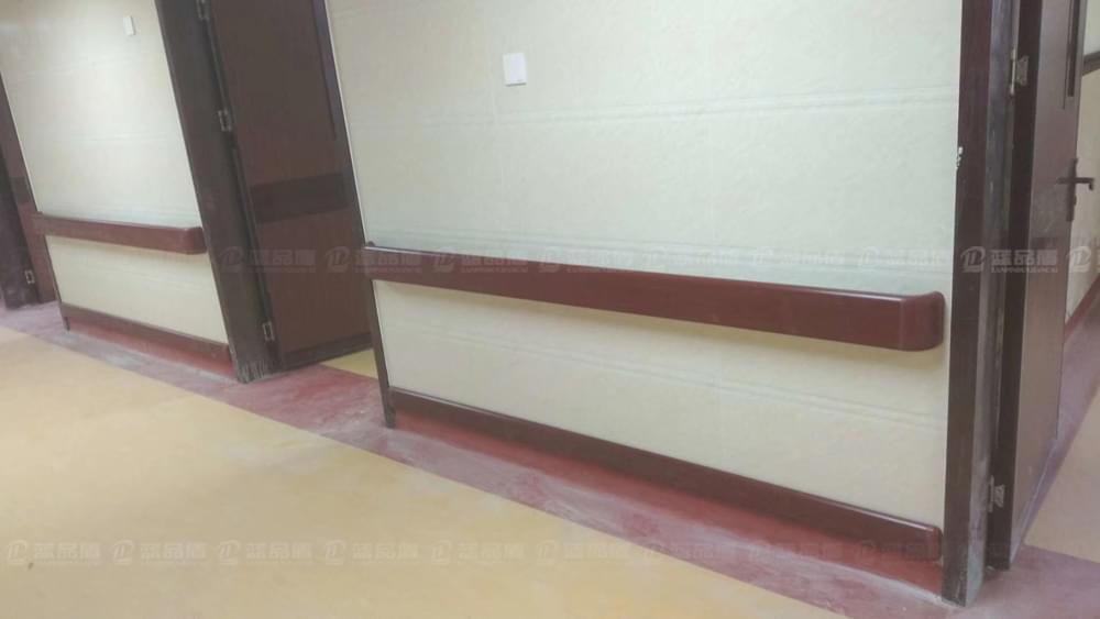 深圳石岩人民医院里订做的全木纹色的PVC面板当然很漂亮!